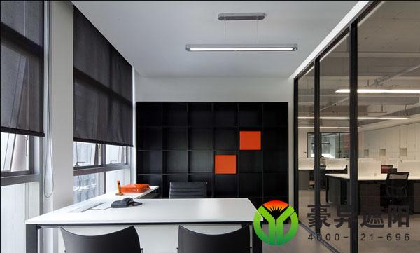 办公室朝南的窗户和朝西的窗户在中午和下午的时候就会受到强烈阳光的照射,炎热且产生强眩光,如果电脑屏幕不是背对着窗户,产生的眩光很影响正常工作,很多公司会采用全遮光面料的卷帘来做为遮阳,但是全遮阳光的办公室卷帘会使屋内光线会很暗,这样一来办公人员的心情就会受到影响甚至压抑,起不到真正意义上的遮阳效果而且还会影响办公效率。  很多公司的负责人就会问,有没有一种既能达到遮阳效果又透光的遮阳面料呢?答案是肯定有的,对于西面的窗户遮阳应该采用 3%开孔的斜纹阳光面料,3%开孔率的阳光面料即能保证合适光线进入室内,从